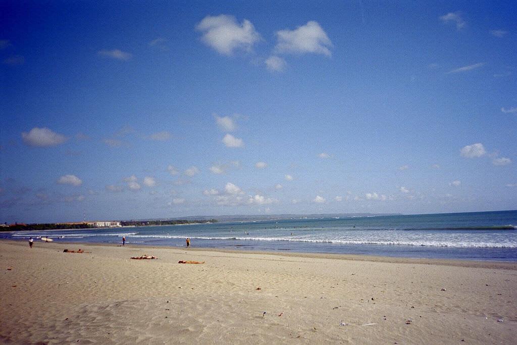 相當美麗的庫塔海灘海景。來源:http://bit.ly/2NC9HBQ。