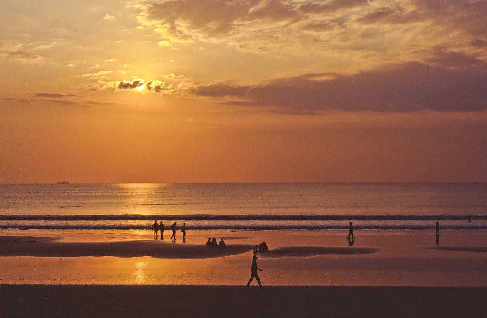 庫塔海灘同時也是賞落日的絕佳好地點。來源:http://bit.ly/2A6w0xY。