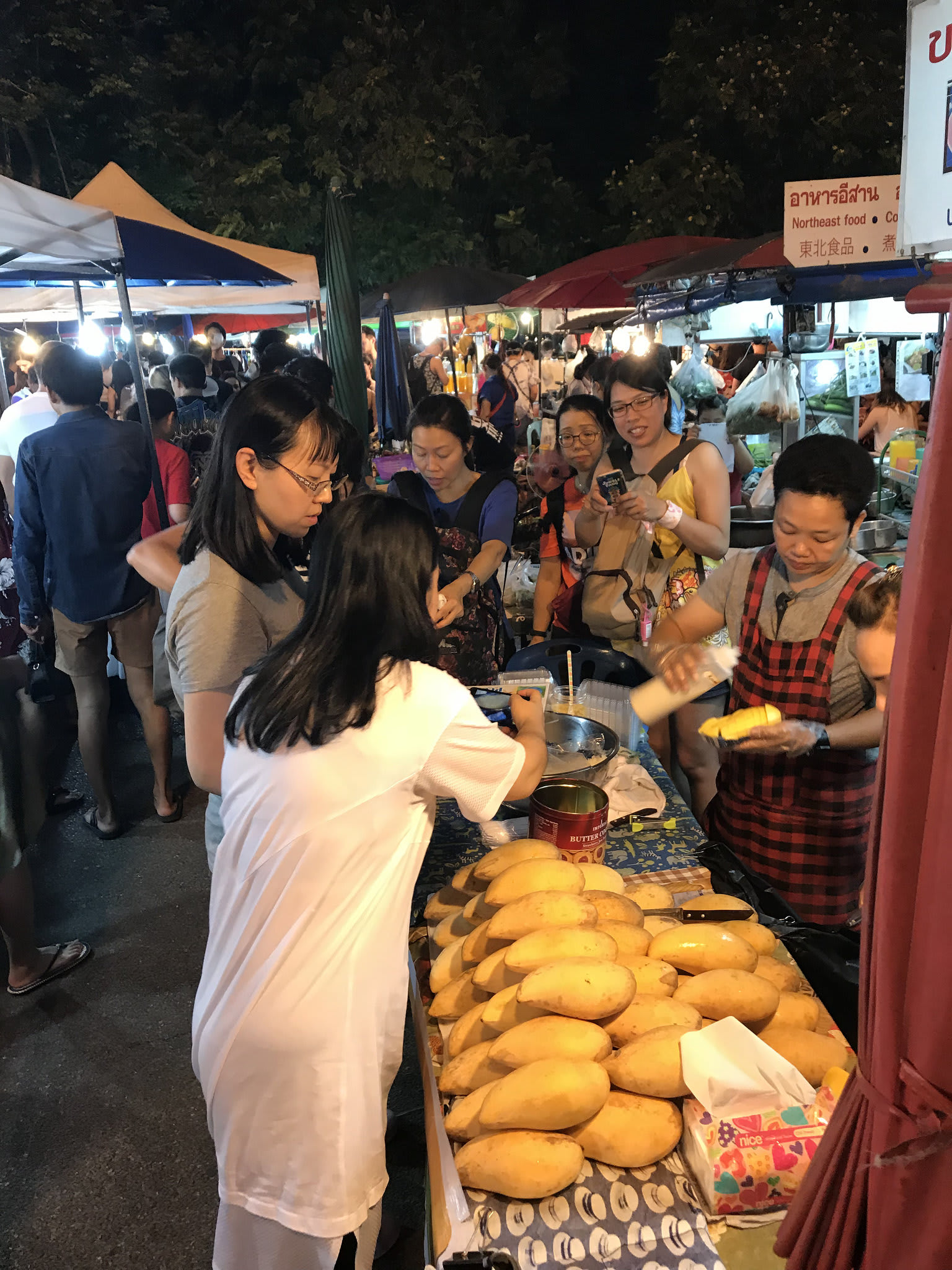 週六夜市會販售許多當地的小吃。來源:http://bit.ly/2zNO0gd。