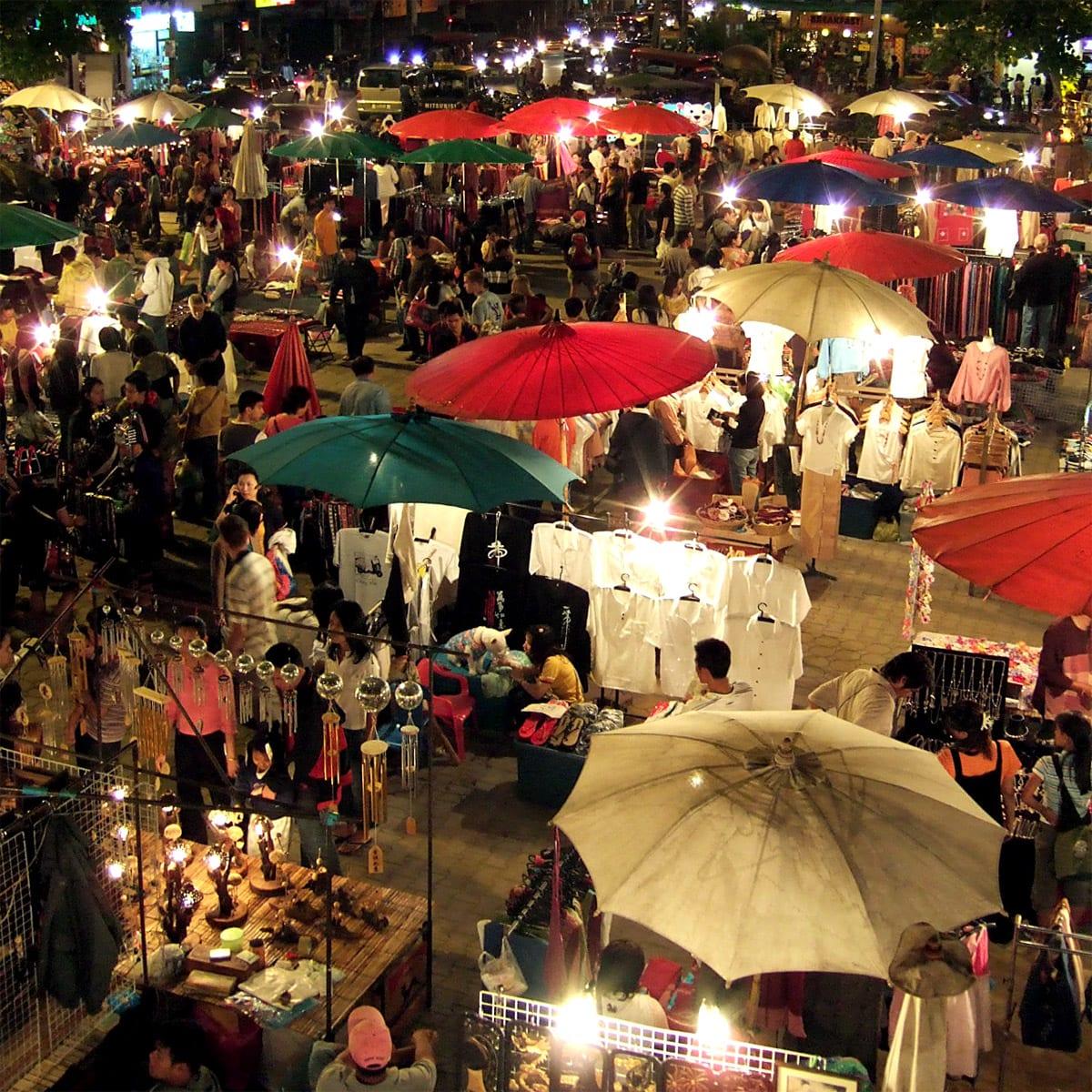 佔地更廣大的清邁週日夜市。來源:http://bit.ly/2L60kNW。