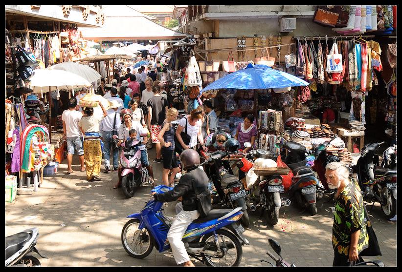 烏布市場建築的外圍,也有許多攤販。來源:http://bit.ly/2zZg9Rt。