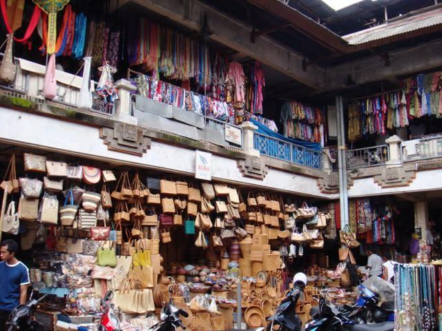 烏布市場販售各式各樣的商品。來源:google維基百科。