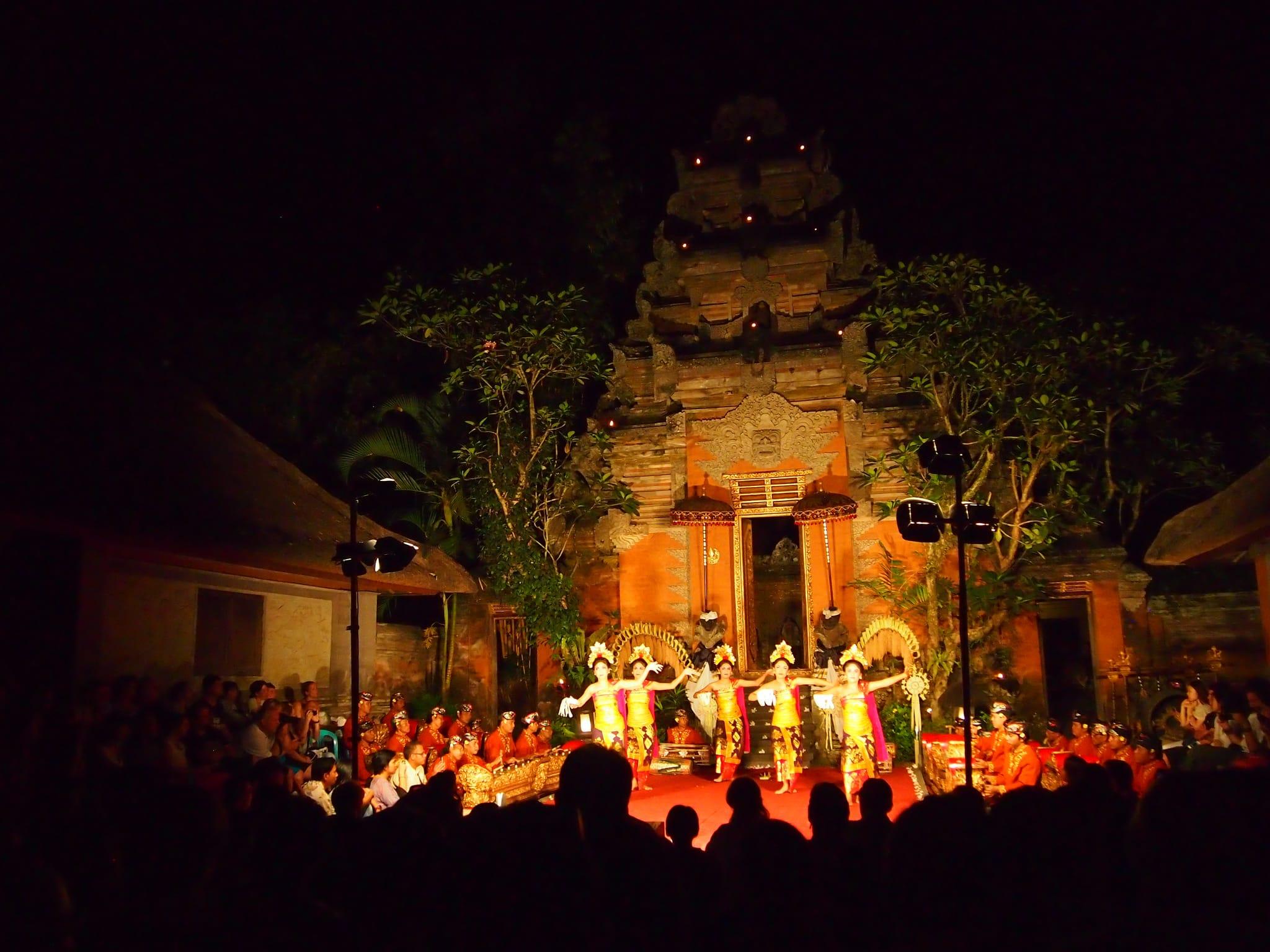 晚間19:30有傳統的歌舞表演。來源:http://bit.ly/2A14TUP。
