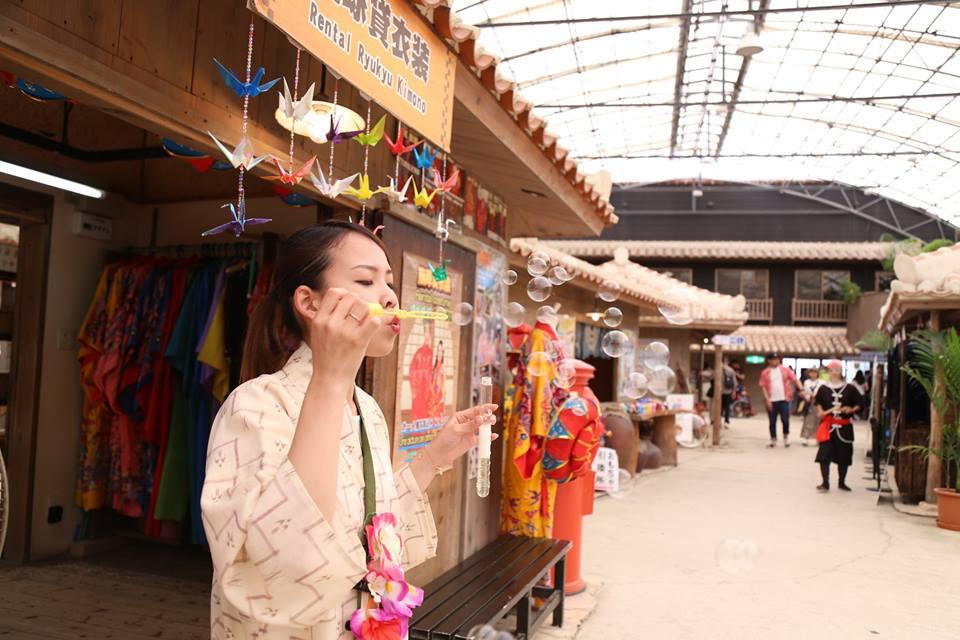 體驗傳統服飾也是一種樂趣。(圖片取自琉球村FB粉絲團)