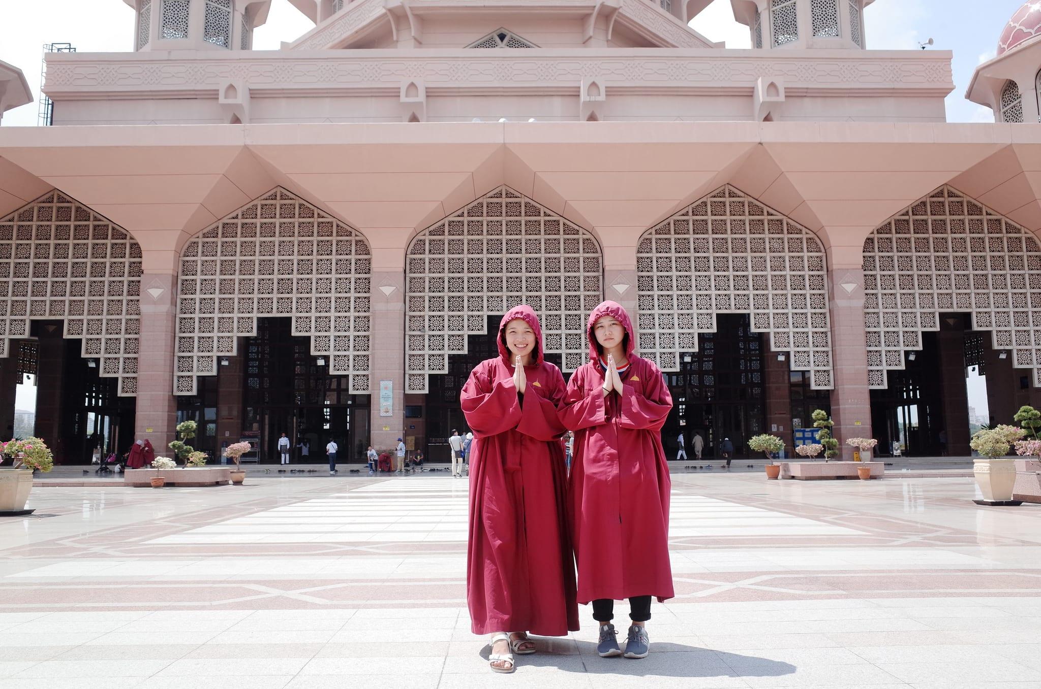入境隨俗,穿上長袍才可以進入參觀。來源:http://bit.ly/2Nbh8Qa。