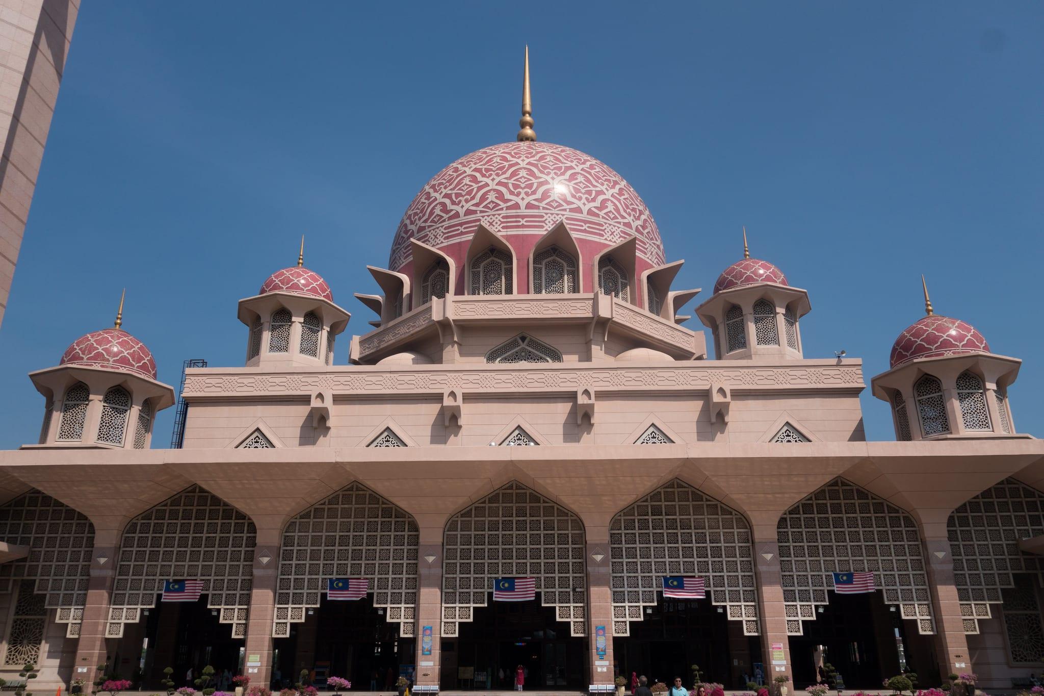 少女顏色的清真寺圓弧屋頂。來源:http://bit.ly/2zyHCtc。