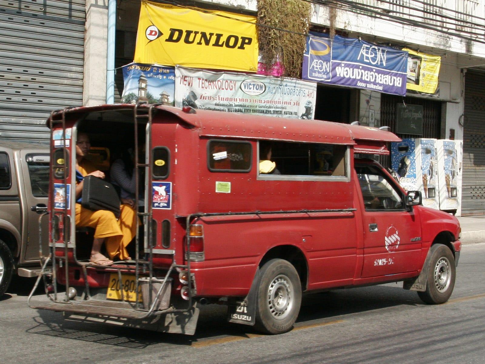 清邁獨有的交通,「雙條車」。來源:http://bit.ly/2zEnDJs。