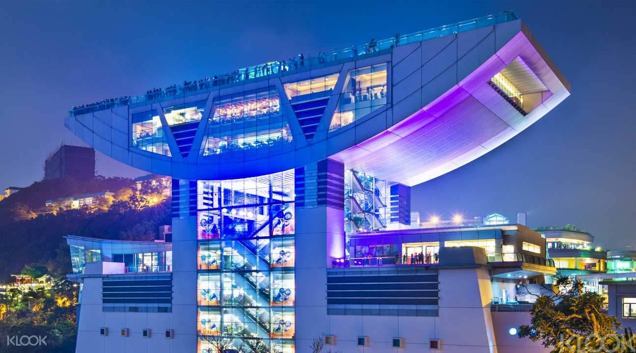 許多人都在凌霄閣欣賞香港著名維多利亞港夜景。