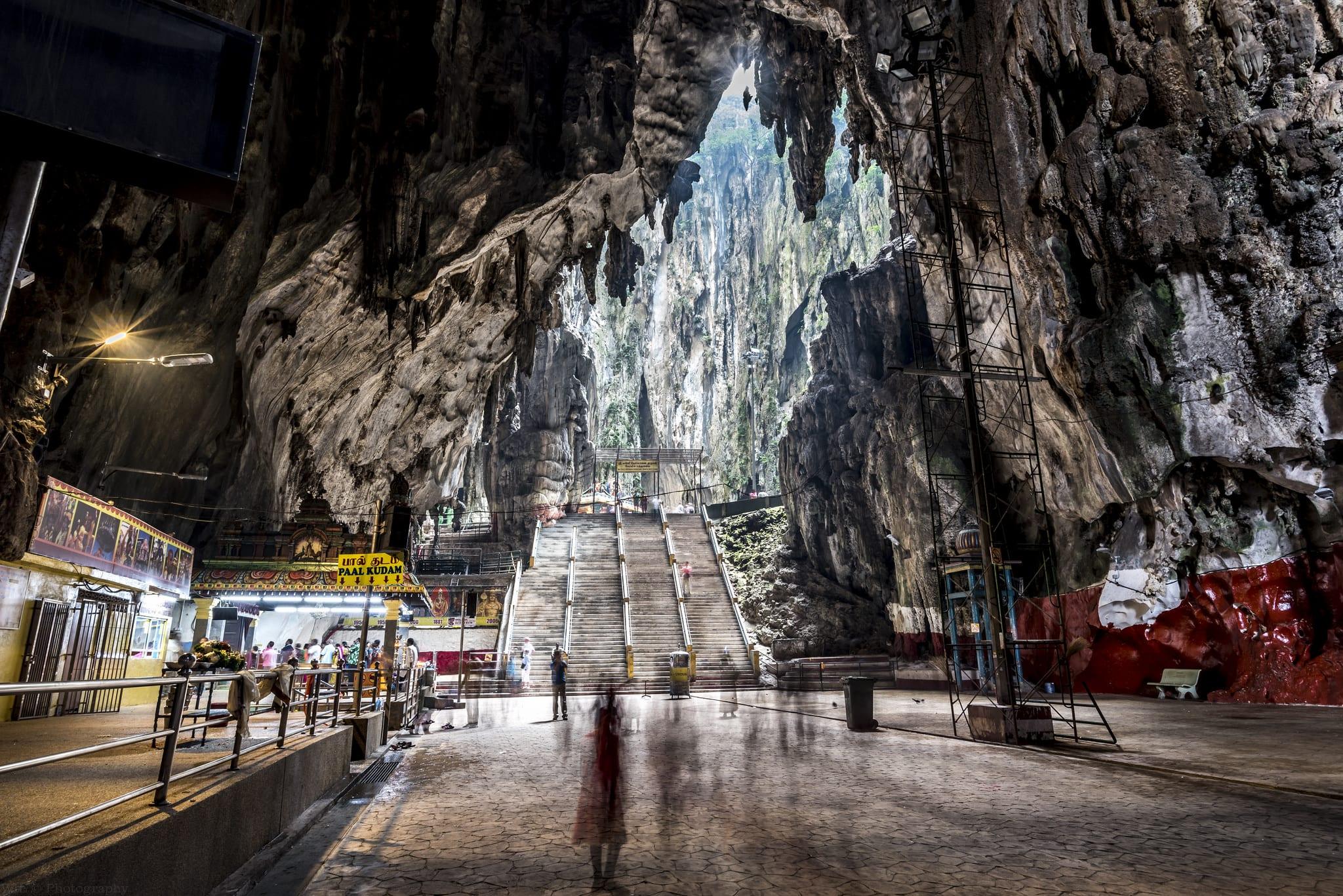 神廟洞又稱光洞,因光線穿透高聳岩灰岩而聞名。來源:http://bit.ly/2KNo8pM。