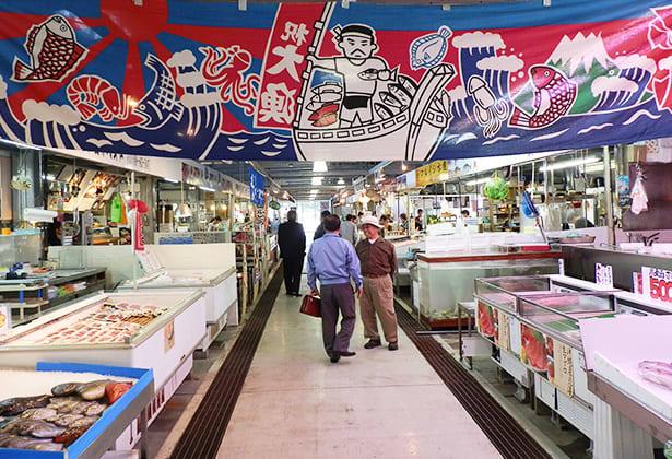 不可錯過現場料理海鮮美味。(圖片取自泊港魚市場官網)