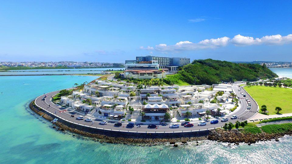 海邊一片白色建築,美到像幅畫。(圖片取自瀬長島umikajiterrace官方FB粉絲團)