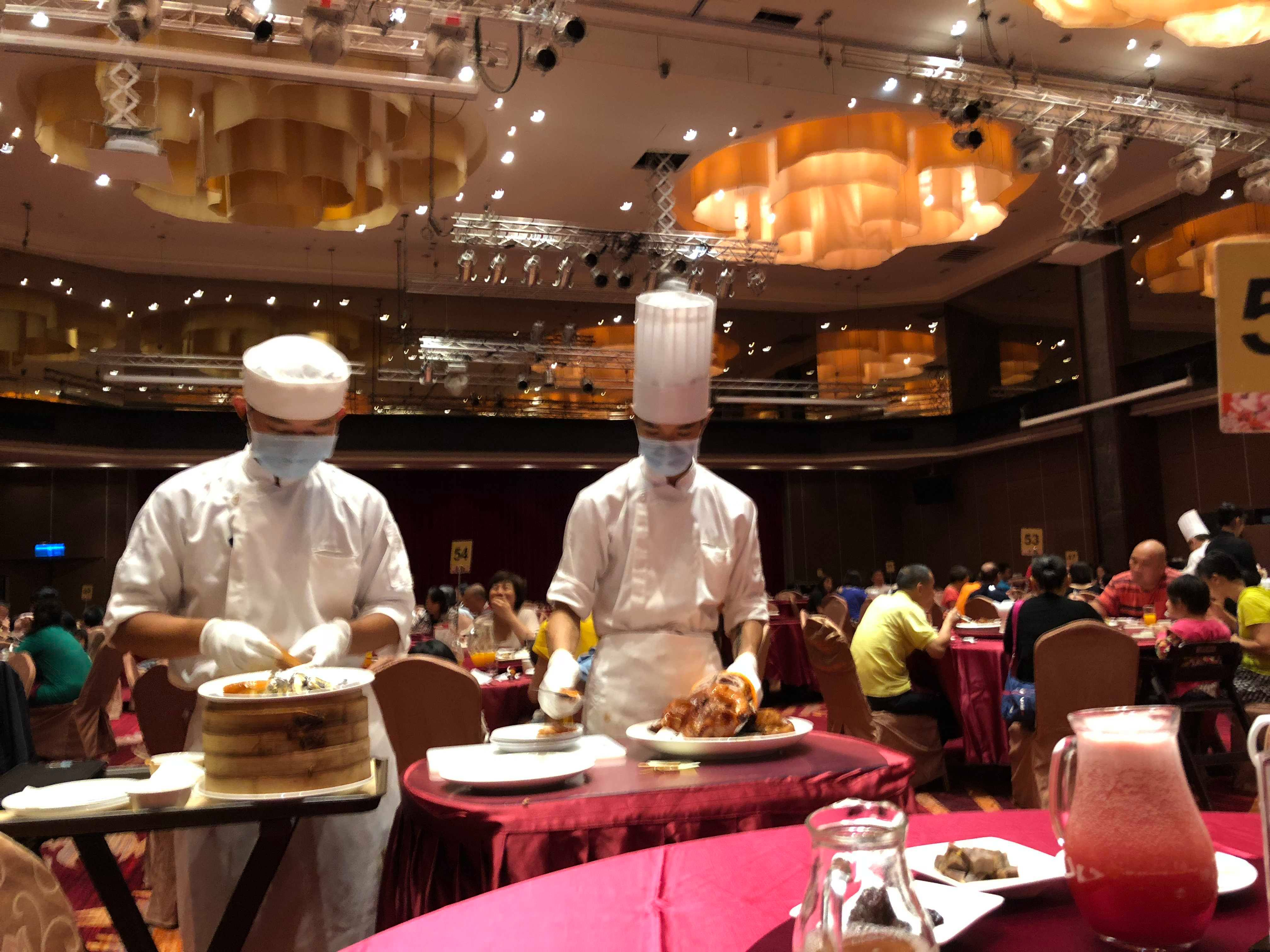 廚師桌邊服務,當場片鴨給食客們,個人覺得最特別的是包著鴨肉的三星蔥油餅。