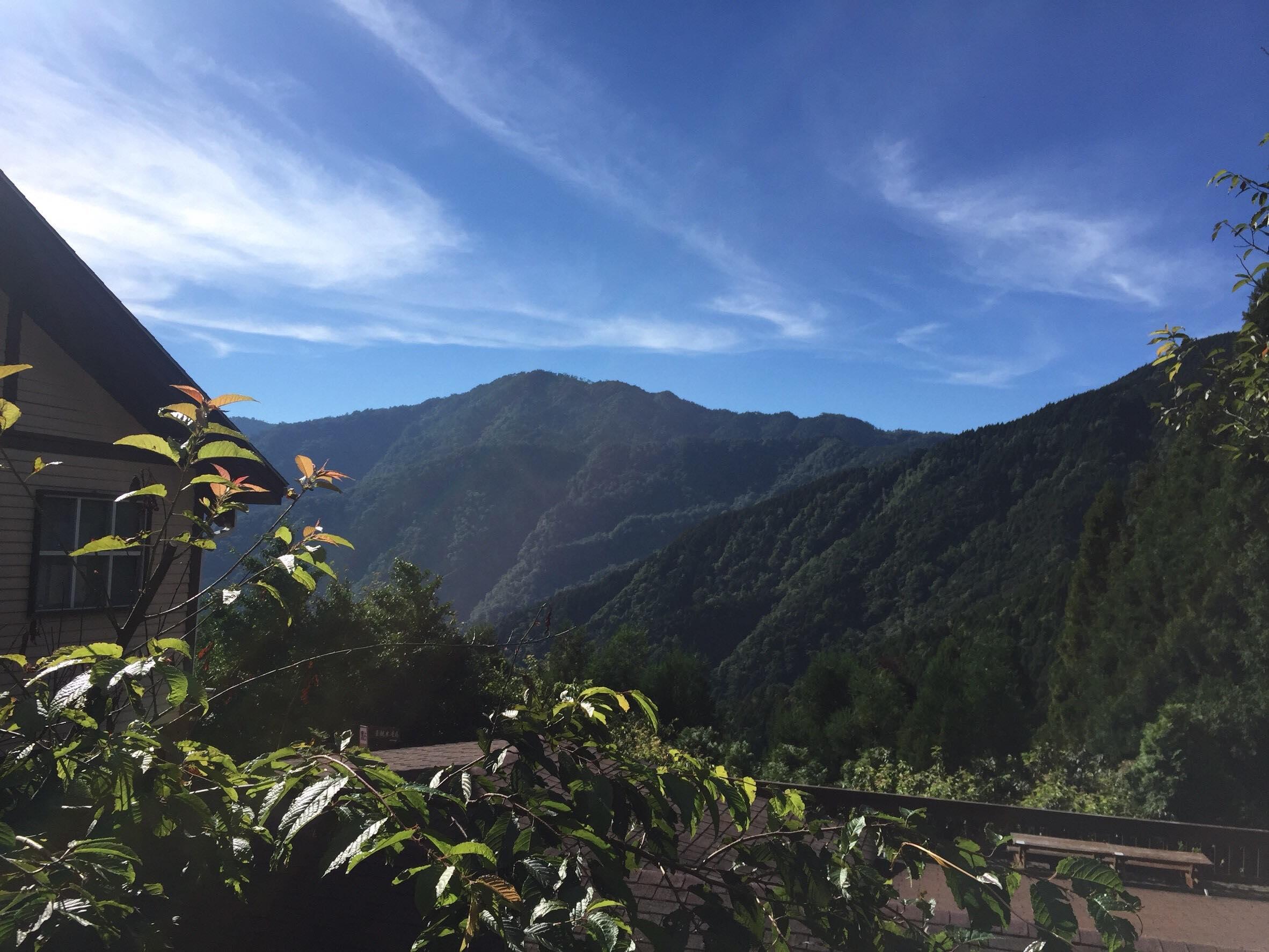 看著這樣的山景吃下午茶,別有一番享受,就算在太陽底下,也涼爽。
