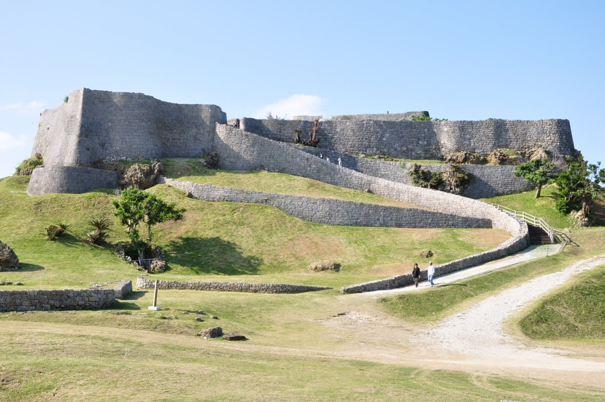 來沖繩必訪世界遺產之一的城跡-座喜味城。(圖片取自All About Japan網站)