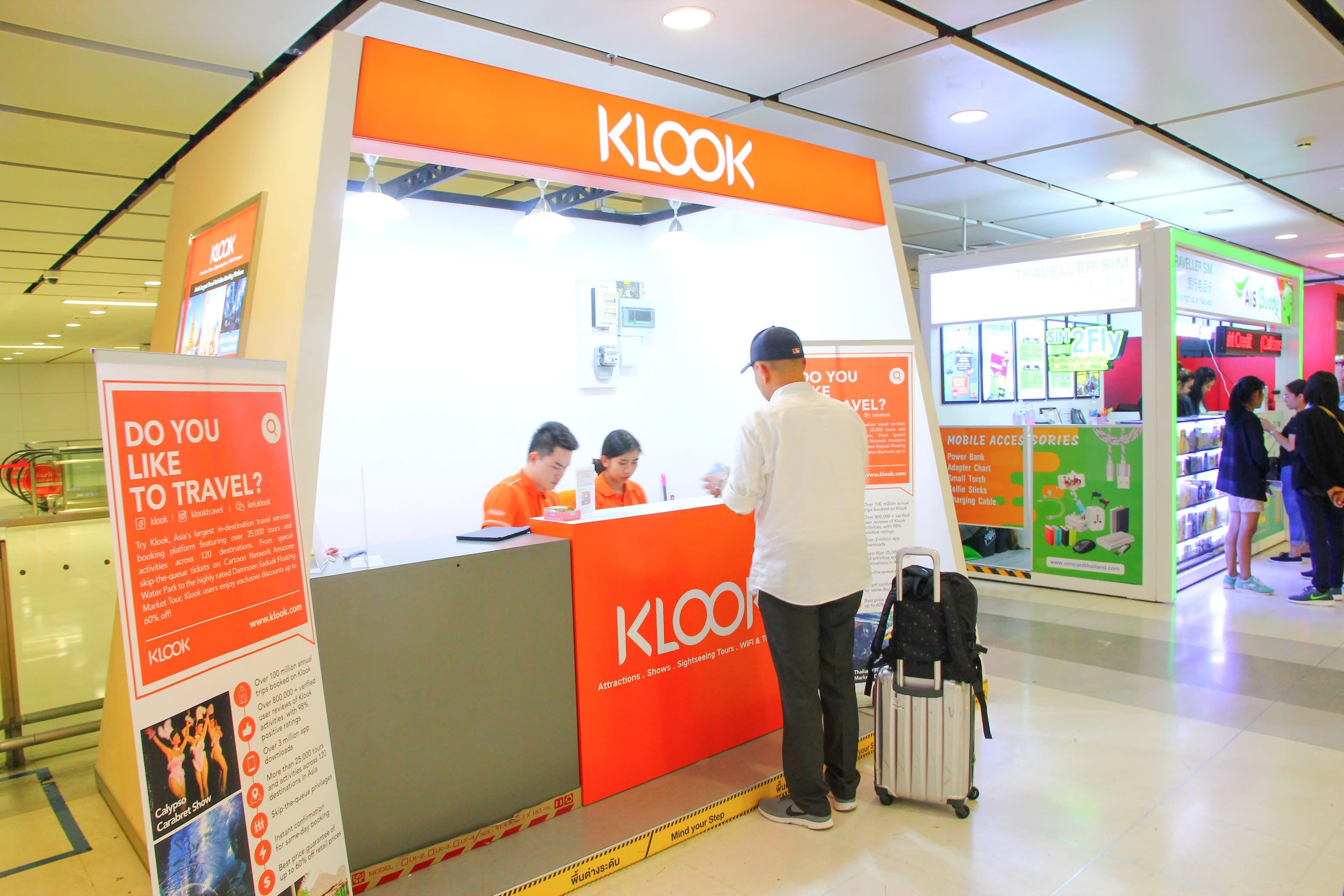在捷運站路口旁就會看到KLOOK客路的攤子了,這是編輯比過價最便宜的手機網路喔!攝影:Rex。