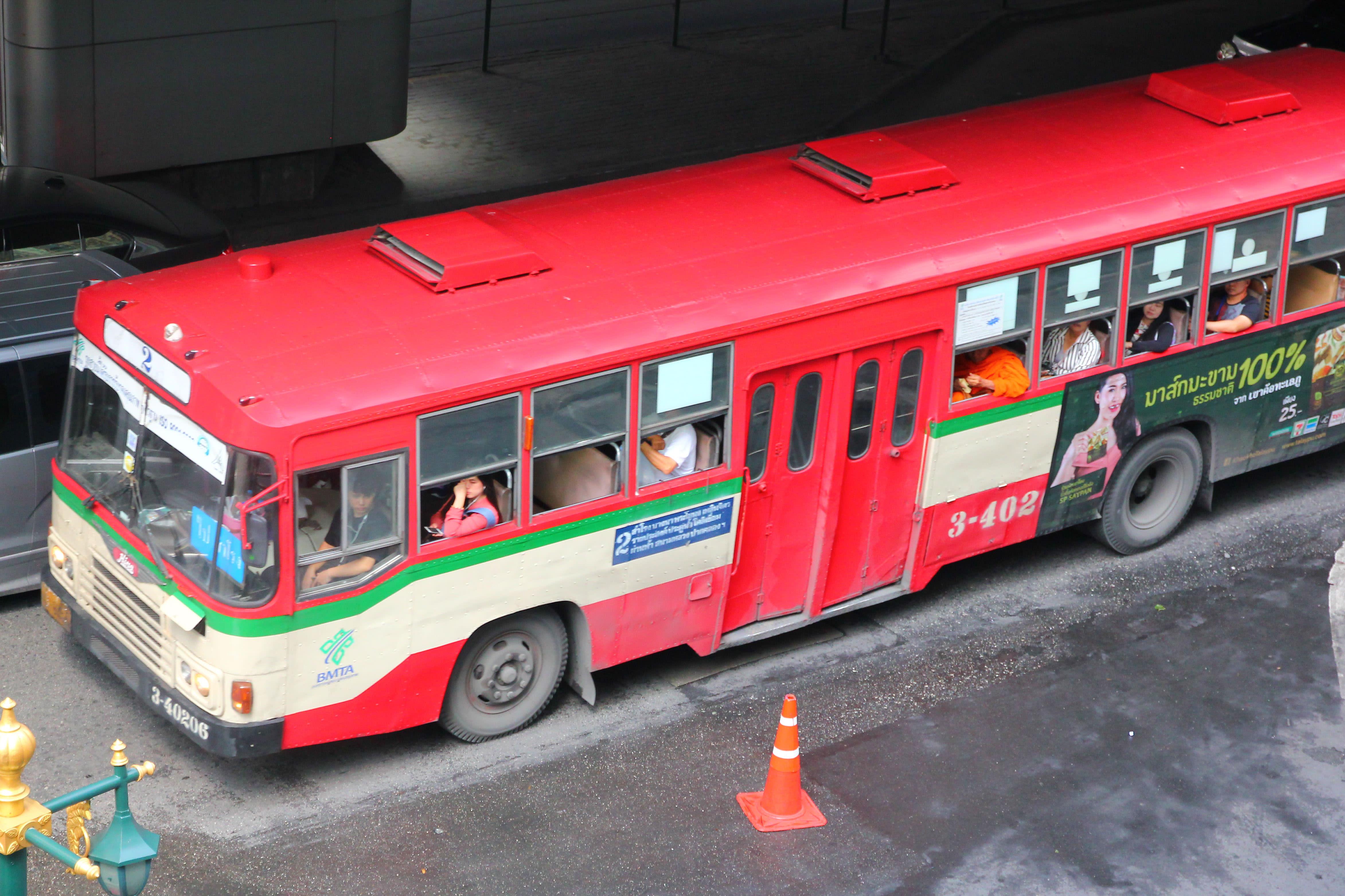 曼谷的公車班次很多路線也很廣。攝影:Rex。