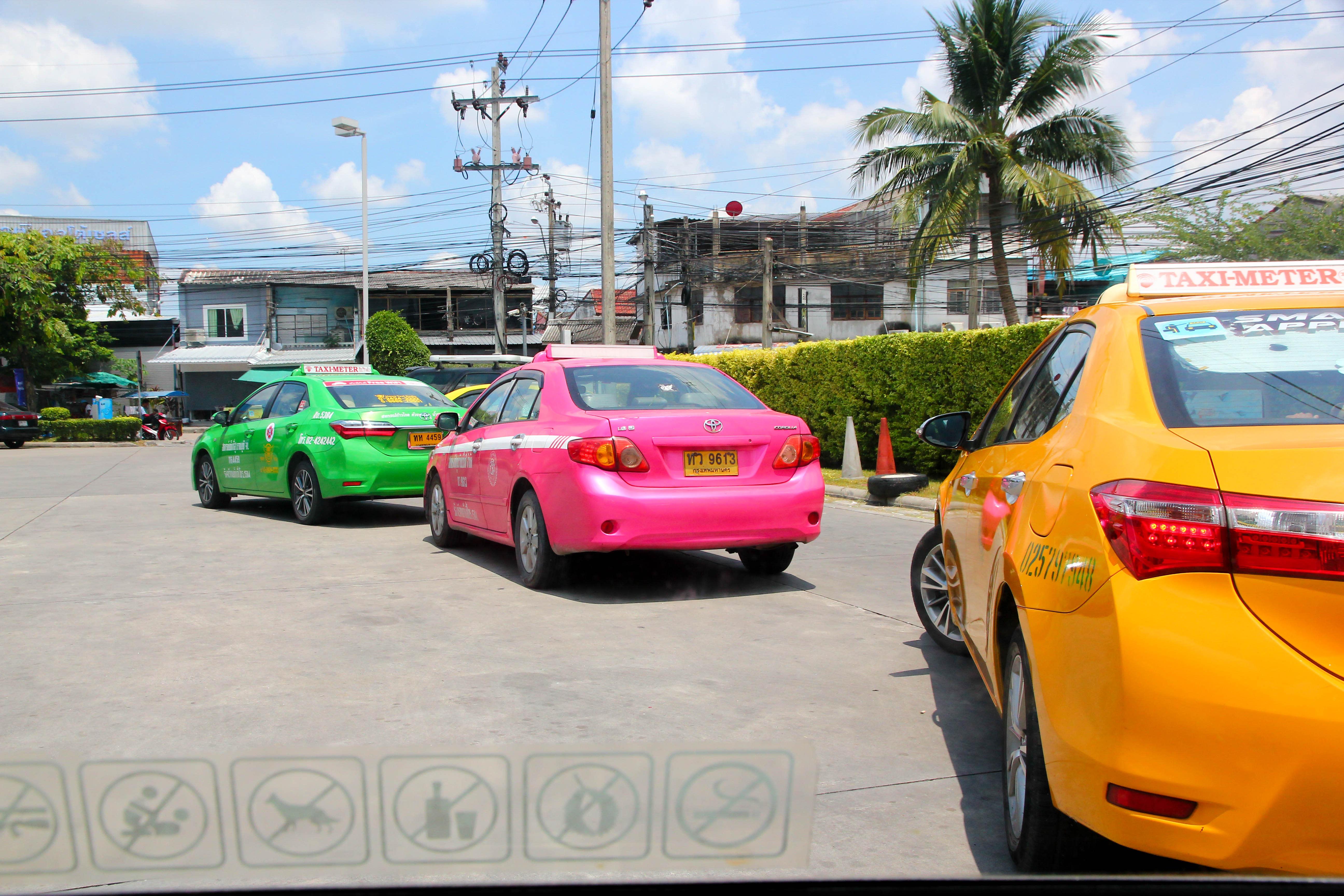 曼谷計程車有各種花俏的顏色。攝影:Rex