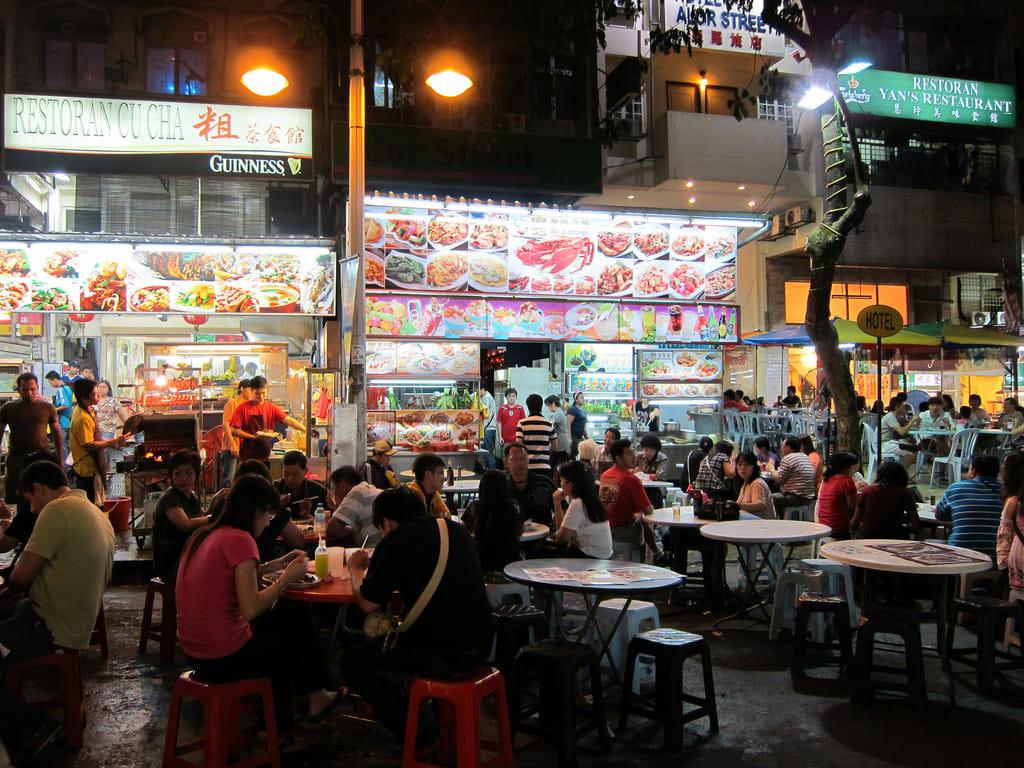 位於附近的雅羅街,是藏有許多美味小吃的鬧熱夜市。來源:http://bit.ly/2ucCPsq。