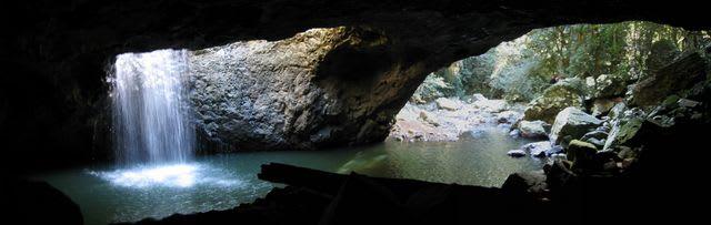 探索自然橋,瀑布美景近在眼前。(圖片取自wikimedia)