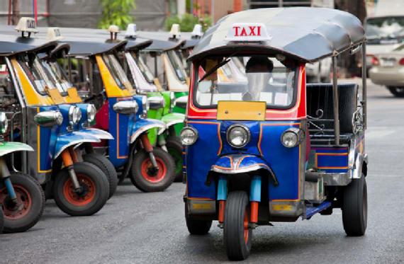 觀光客喜愛的當地交通工具,「嘟嘟車」。來源:http://bit.ly/2NhZPgG。