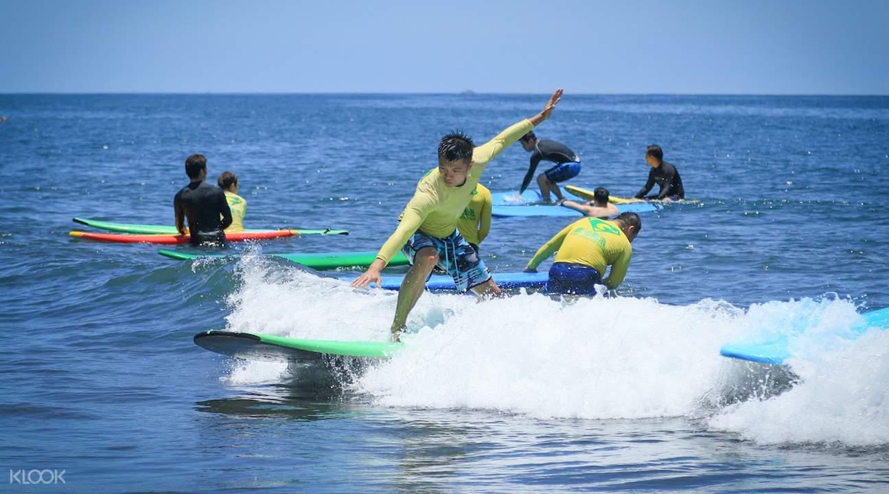 宜蘭外澳有很多衝浪客。