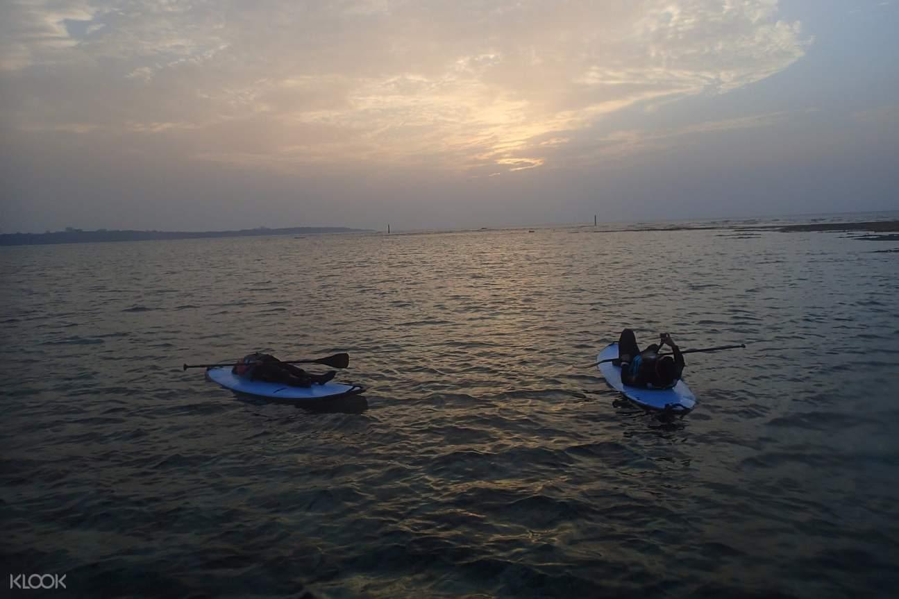 沖繩藍洞立槳衝浪SUP,划累了不妨躺在SUP板上,體驗隨波蕩漾的愜意