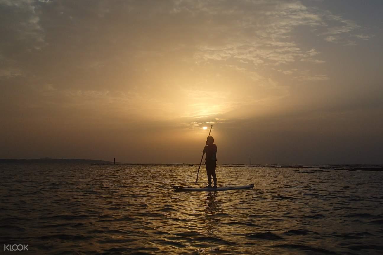 沖繩藍洞立槳衝浪SUP,在日暮時分浪漫的夕陽下,站在滑板上划向落日,留下絕美的海洋回憶