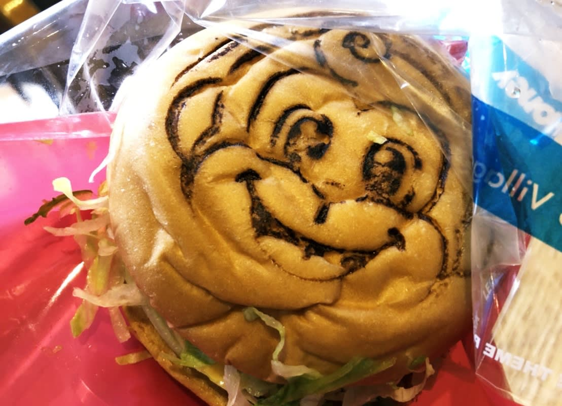 六福村美國大西部,漢堡店,漢堡外面會印上六福村吉祥物「哈尼哈比」的頭像。