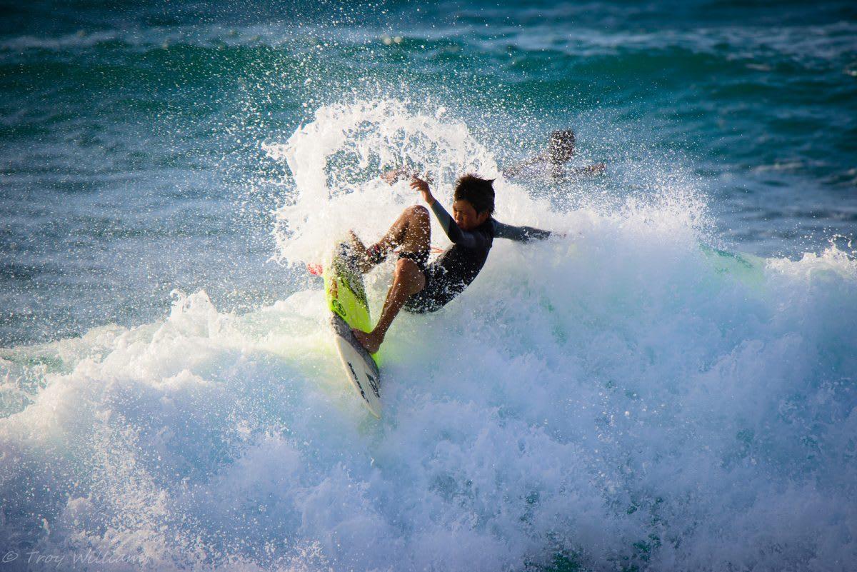 享受馳騁於沖繩浪花之上的刺激滋味!圖片來源:flickr @troy_williams https://ppt.cc/fhL0Sx