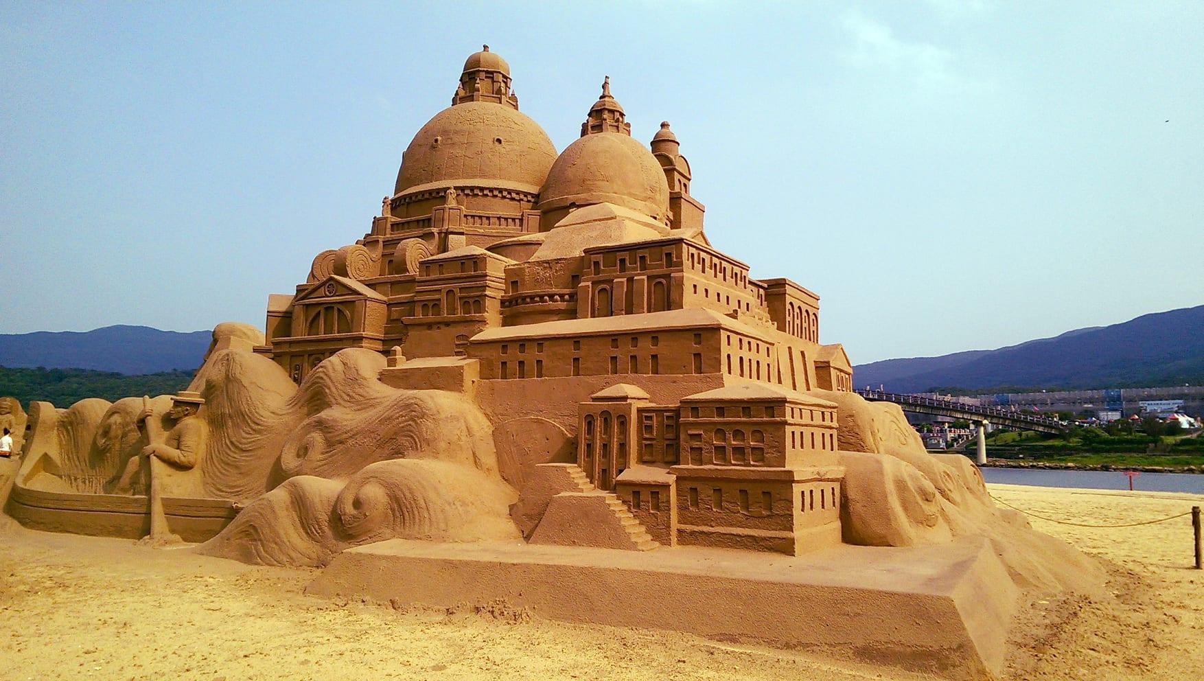 福隆海水浴場,每年都會舉辦沙雕展,吸引大批遊客前往。圖片取自:維基百科