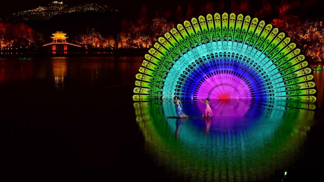 聲光效果和場景設計,震懾人心(圖片取自新華社)。