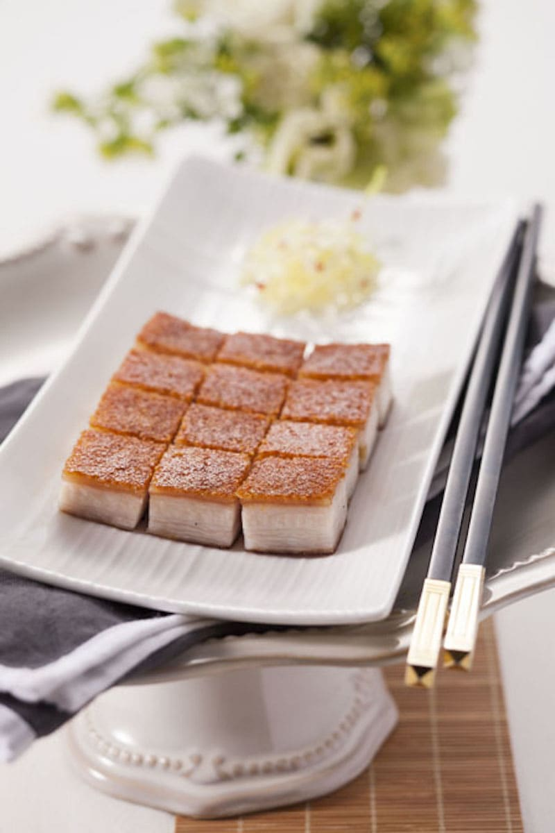 脆皮、嫩肉、美脂層次分明的脆皮冰燒三層肉 / 來源:利苑酒家官網