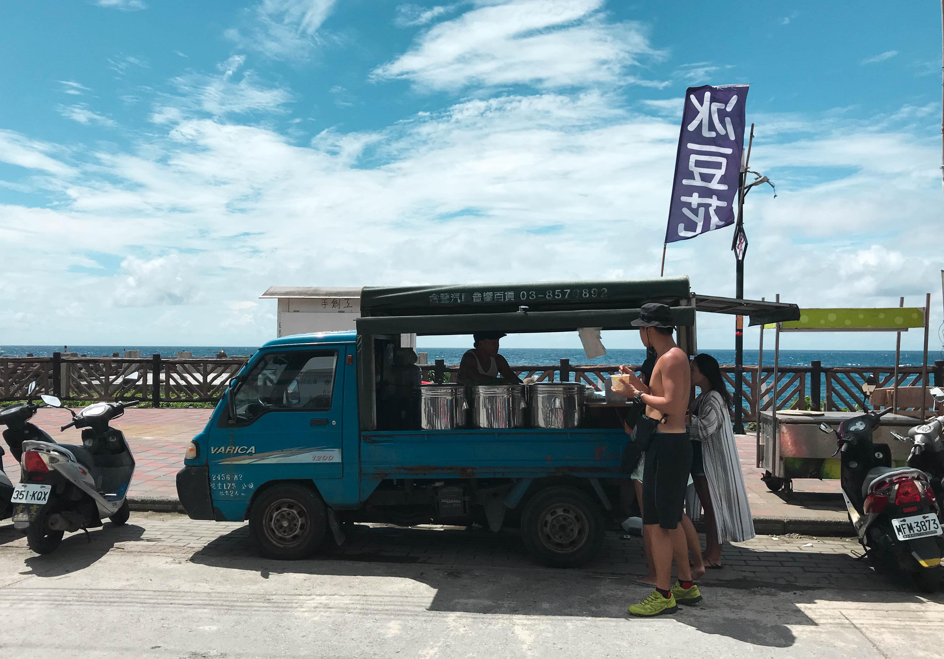 位於椰油7-11對面的豆花伯行動攤車