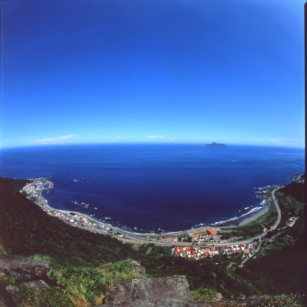 蜜月灣俯瞰圖,海水非常湛藍,光用看的就超級消暑!圖片取自:大溪蜜月灣交通部觀光局