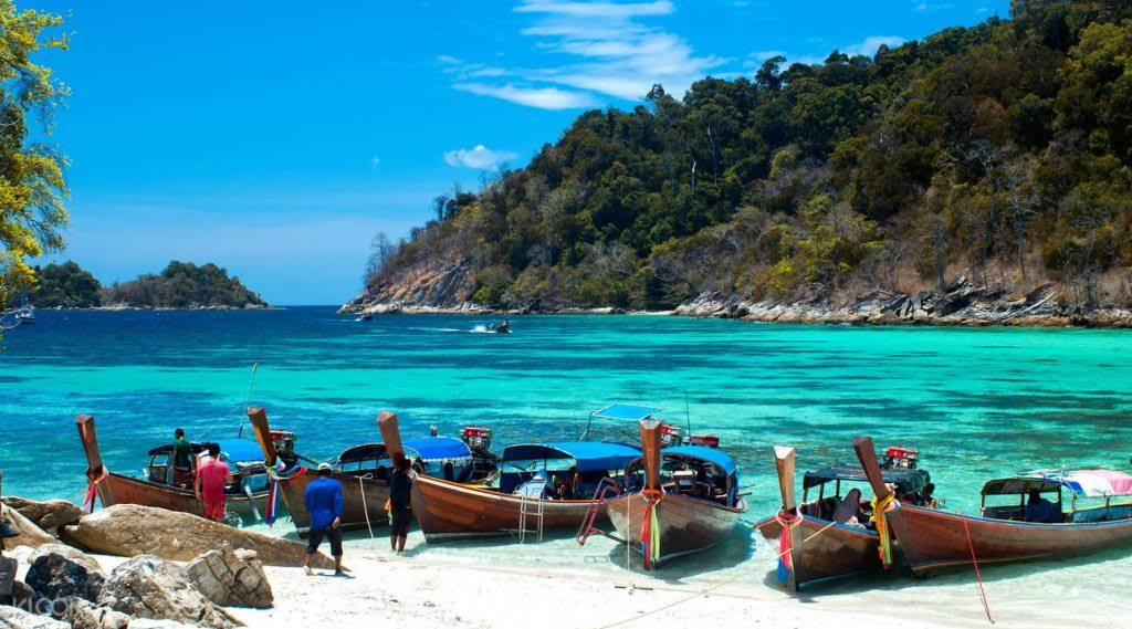 喀比島岸邊佈滿小船。