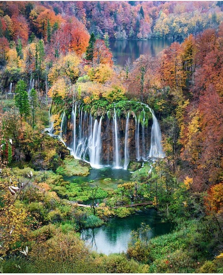 【2018歐洲賞楓】這不是夢!歐洲楓葉夢幻湖面倒影 美得像置身童話世界,圖片取自Plitvice Lakes National Park FB粉絲團