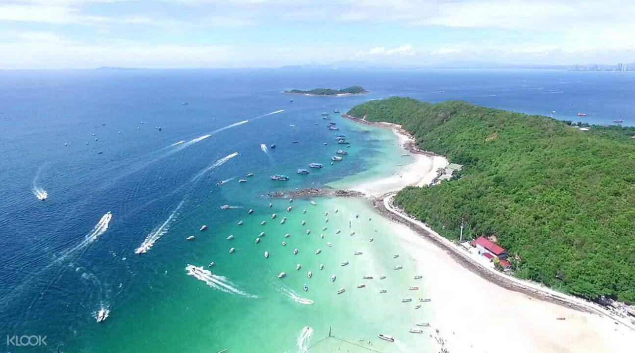 格蘭島(珊瑚島)漸層海面,可以看到各式不同的水上活動在進行。