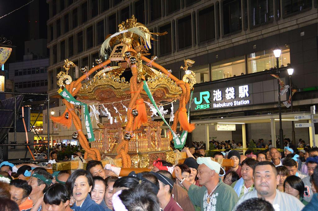 袋祭可以看到各種漂亮的神轎。相片來源:東京的觀光官方網站。