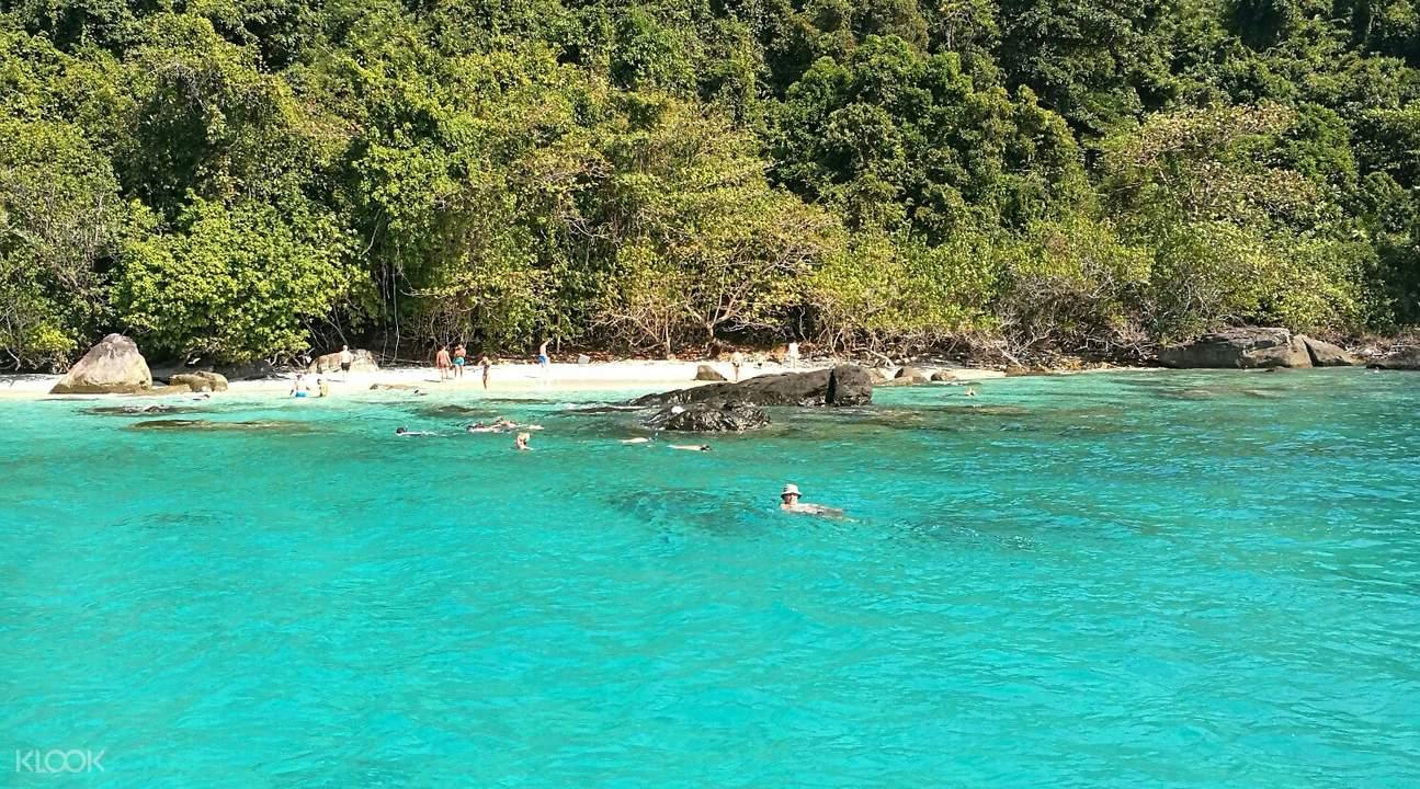 象島的蒂芬尼綠海水讓人流連忘返。