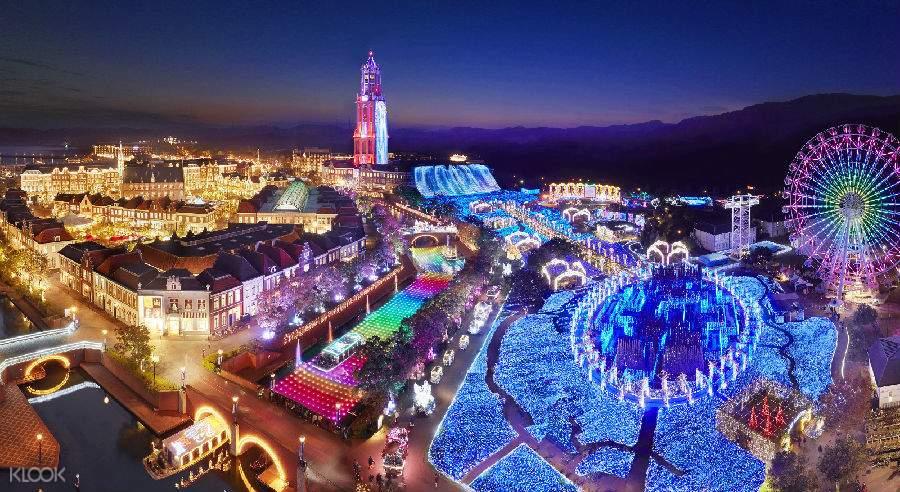 璀璨的霓虹光束以及曼妙的音樂,將樂園美麗妝點。