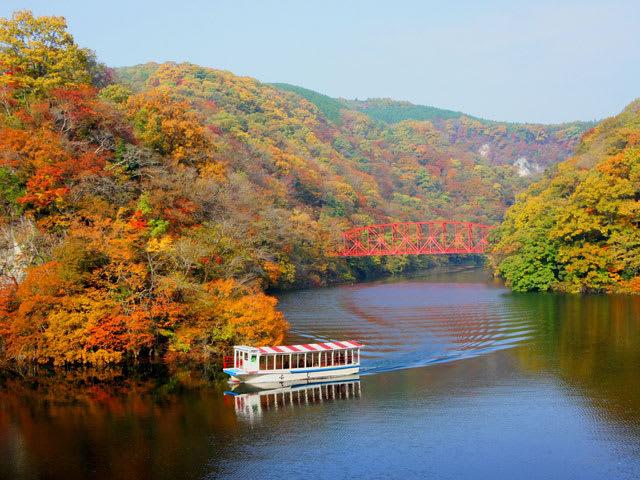 可乘坐遊船細細品味帝釋峽的秋景。(圖片取自www.rurubu.com)