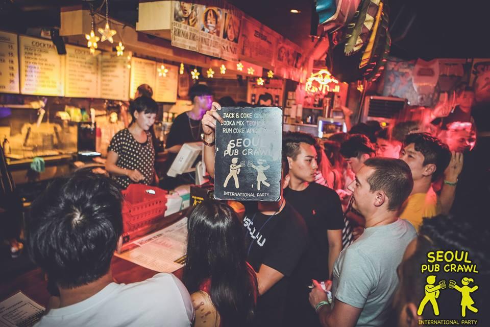 弘大酒吧體驗,圖片取自SEOUL PUB CRAWL FB粉絲團。
