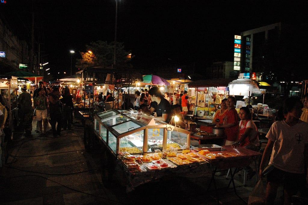 巴衝夜市 Pak Chong Night Market 來源:Flickr@Matt Humphrey