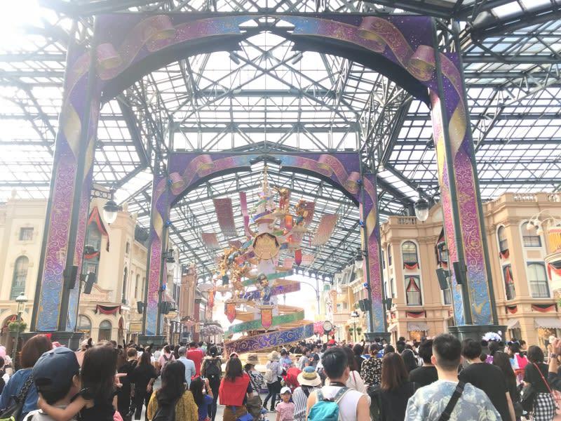 東京迪士尼人潮眾多,圖片來自:Ann Shih。