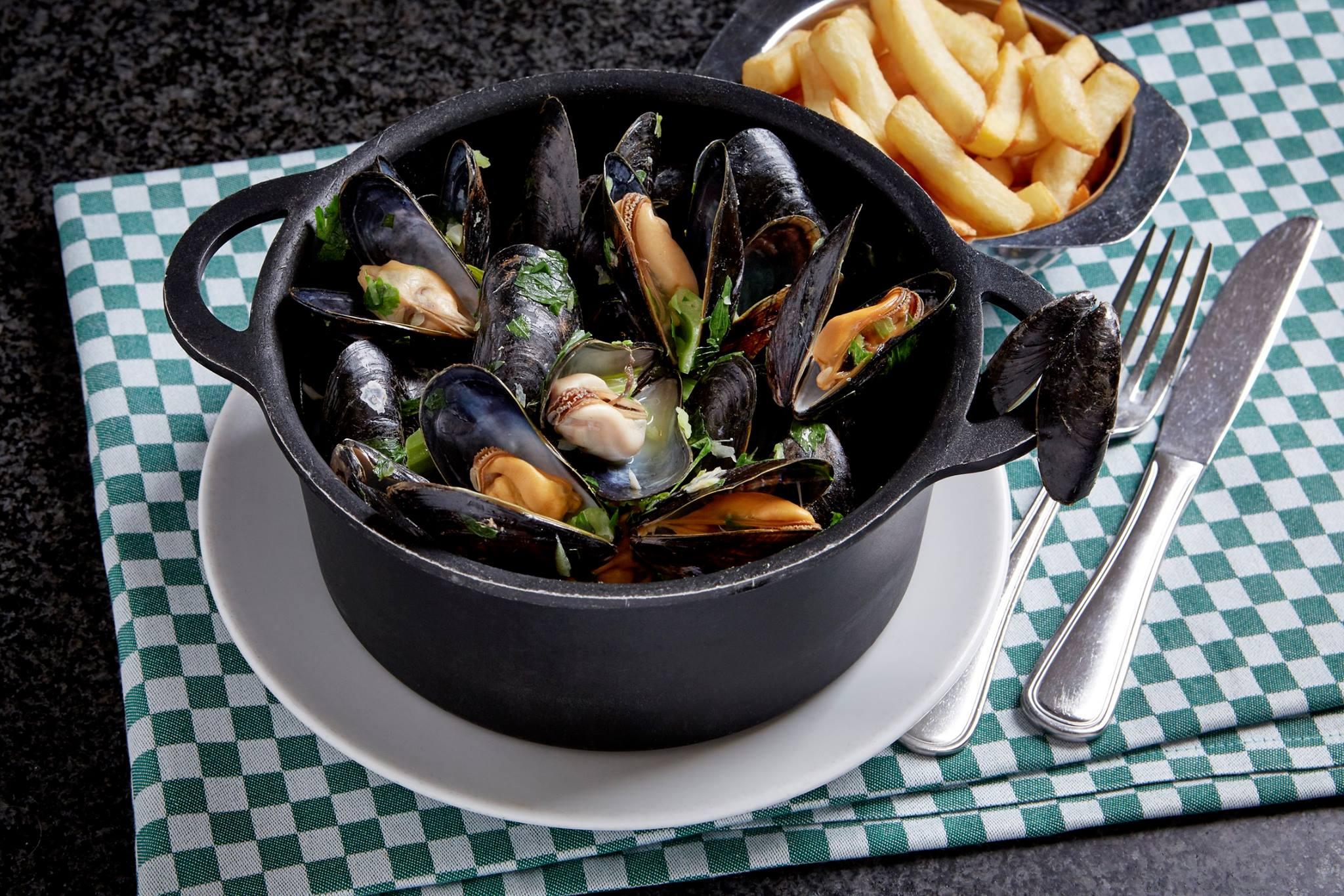 受到觀光客喜愛的淡菜料理。來源:Chez Leon臉書粉絲團。