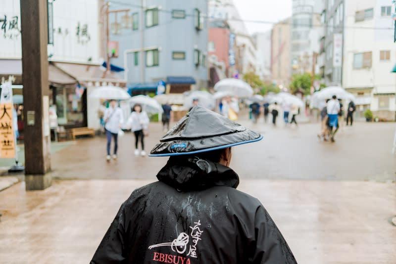 淺草人力車,在街頭享受跟車陣一起奔馳的感覺。圖片取自:Ann Shih。