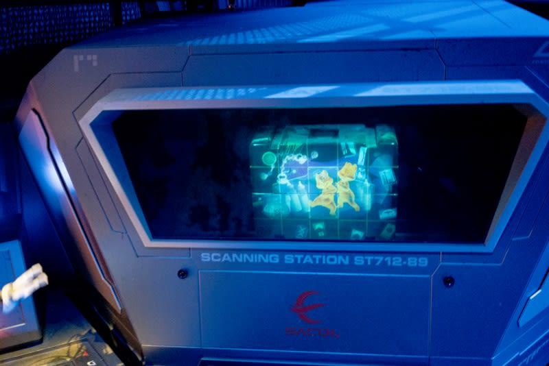 迪士尼樂園,星際大戰,行李檢索有可能看到不同的卡通人物喔!