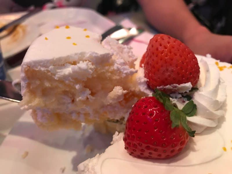 迪士尼樂園,紅心皇后餐廳35週年限定蛋糕,裡面是戚風蛋糕加上奶油。
