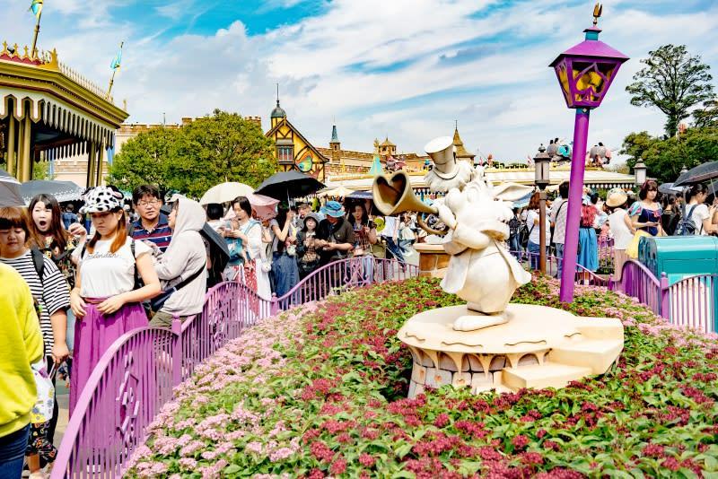 迪士尼樂園,紅心皇后餐廳外面滿滿人潮。