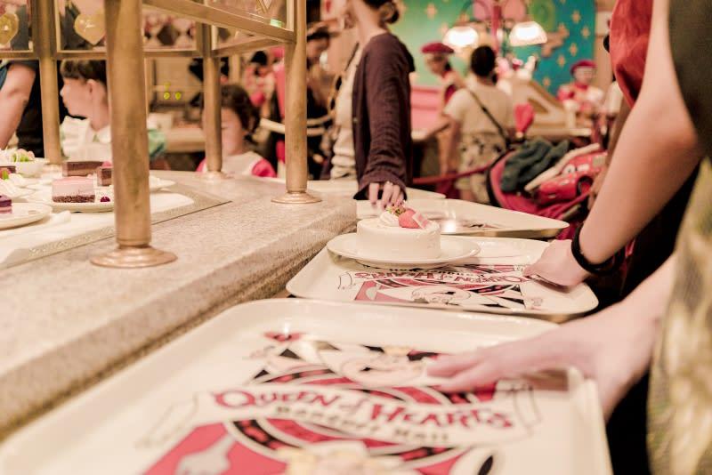 迪士尼樂園,紅心皇后餐廳排隊取餐。